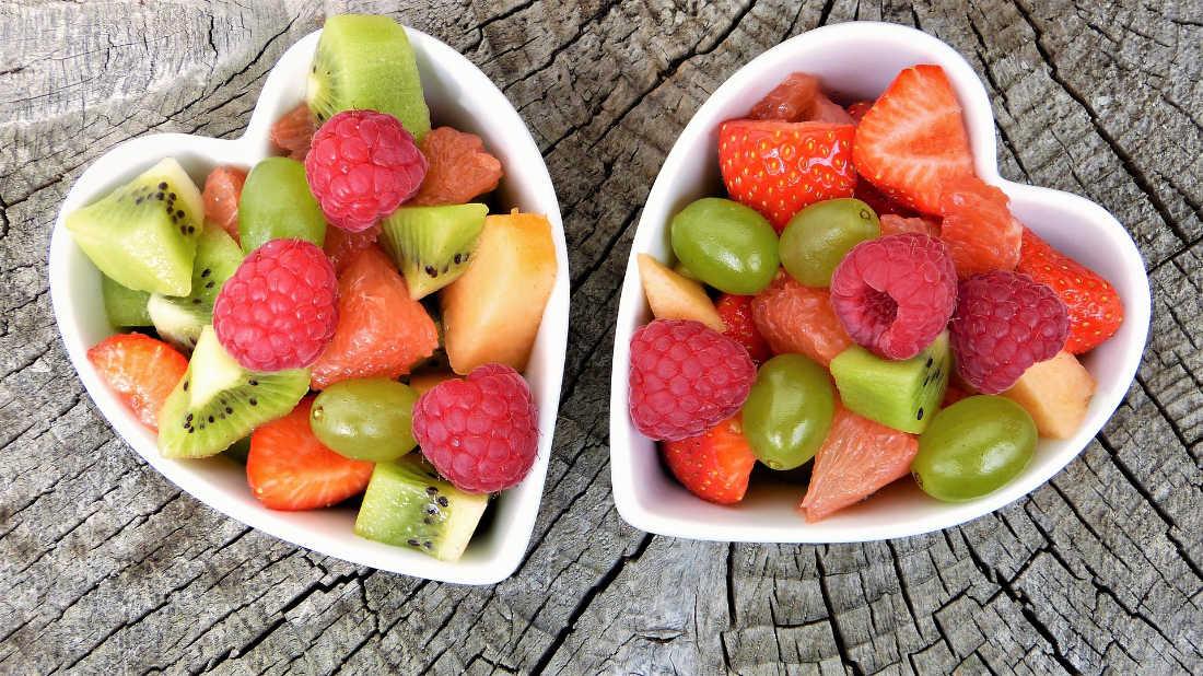 Obst in herzförmigen Schalen